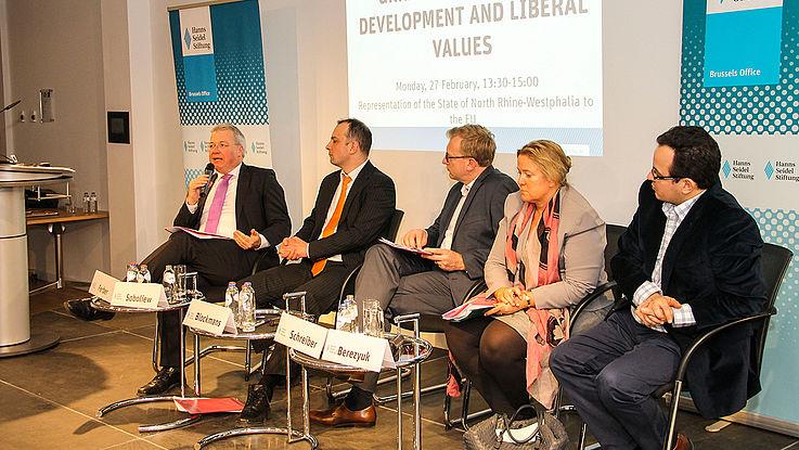 Podiumsdiskussion mit Markus Ferber, Iegor Soboliew, Steven Blockmans, Kristin Schreiber und Oleh Bereyzuk über die wirtschaftliche Entwicklung der Ukraine