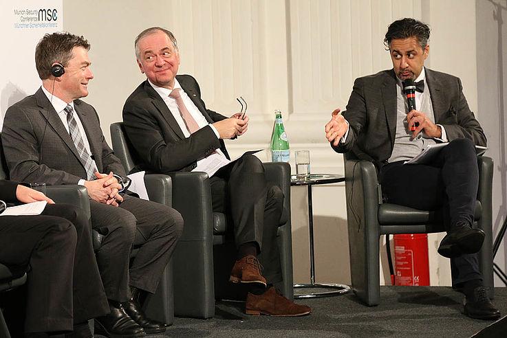 Abid Q. Raja (rechts) ist Jurist und Diplomat und seit 2013 Abgeordneter des norwegischen Parlaments und seit 2017 dessen stellv. Sprecher. Er ist Mitglied des Auswärtigen- und Verteidigungsausschusses. Seit 2009 hat er unterschiedliche Führungspositionen in seiner Liberalen Partei wahrgenommen. Er ist Mitglied des Lenkungsausschusses des IPPFoRB.