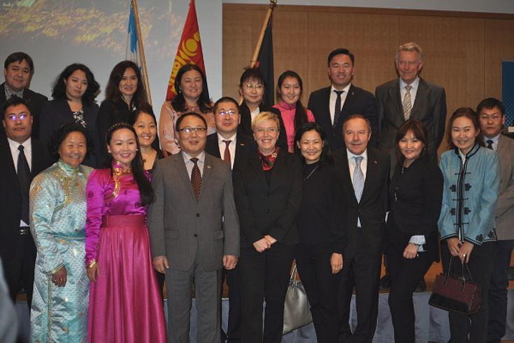 Susanne Luther und Minister Dorligjav umgeben von Teilnehmern der Veranstaltung