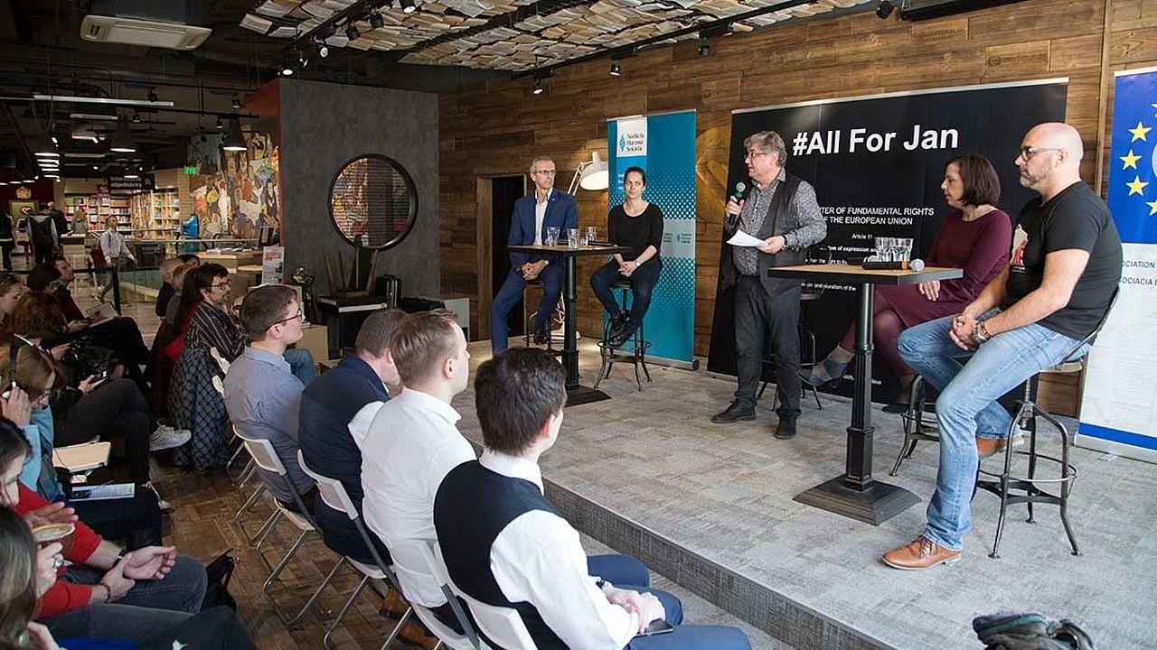 In Pressburg/Bratislava kamen eine Reihe von Experten zu einer Podiumsdiskussion zusammen: #AllforJan war das Motto der Diskussion. Unter diesem Hashtag gedenken Menschen des ermordeten Journalisten Ján Kuciak und setzten sich für die Pressfreiheit in der Slowakei ein.