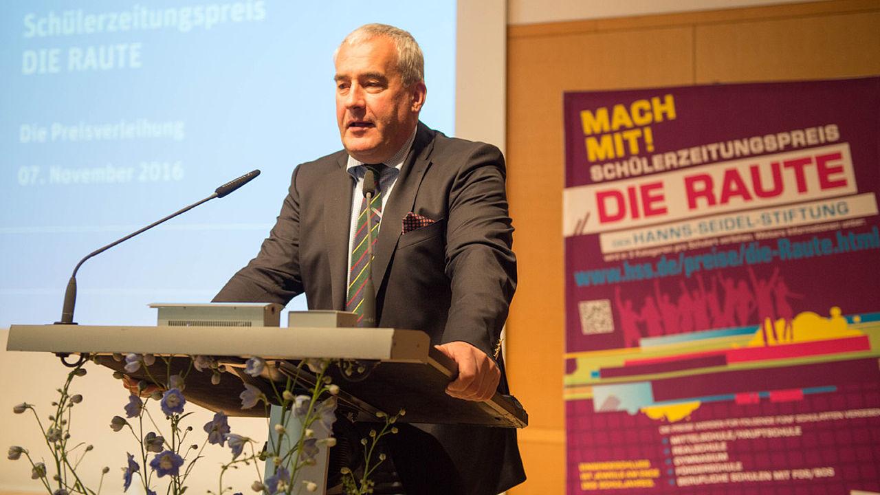 Ludwig Spaenle lobt am Rednerpult die Nachwuchsjournalisten