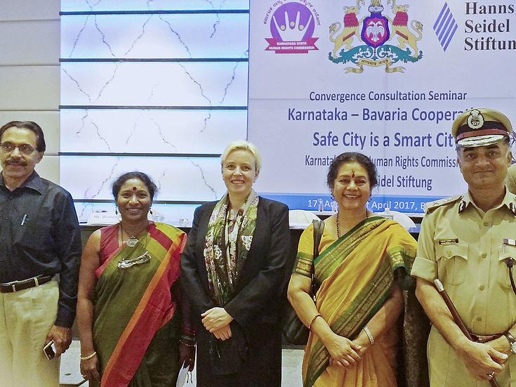 Dr. P.M. Nair (Polizeitrainer), Brinda Adige( Co-Organisatorin), Dr. Susanne Luther, Leiterin IIZ der HSS), Meera Saksena (Vorsitzende der Menschenrechtskommission von Karnataka), R. K. Dutta (Generalinspektor der Polizei Karnataka)