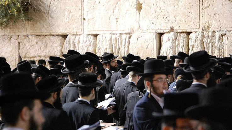 Eine Menge Irthodoxer Juden (lange Kottlettenbärte, Hüte, Frack, Hemden)