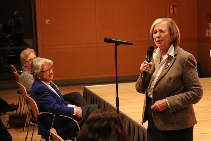 Vorsitzende Männel begrüßt die ehemaligen Präsidentin des Bayerischen Verfassungsgerichtshofs, Hildegund Holzheid (links).