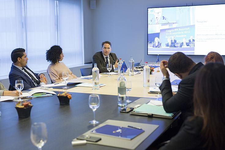 In der Geschäftsstelle der Europäischen Volkspartei (EVP) informieren sich die Teilnehmer über Strukturen und Arbeitsweisen einer europäischen Partei