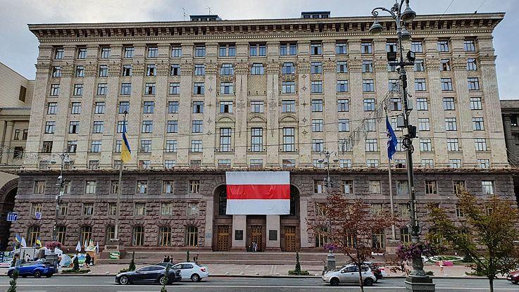 Das Rathaus in Kiew mit der weiß-rot-weißen Fahne der belarusischen nationalen Bewegung des frühen 20. Jahrhunderts als Zeichen der Sympathie mit dem Nachbarland Belarus
