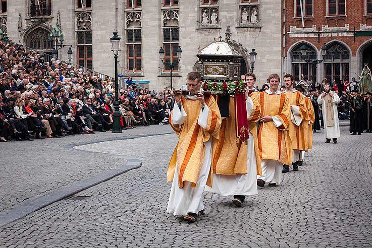 Mönche in historischem Gewand ziehen durch Brügge