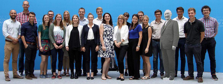 Gruppenfoto im Konrad-Adenauer-Haus mit einem Pappaufsteller von Konrad Adenauer