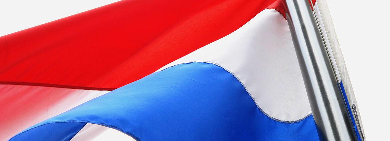 Niederländische Flagge weht im Wind