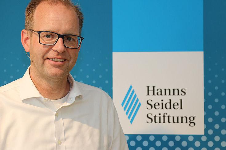 Dr. Bernd Rosenbusch (45) ist seit Anfang Oktober 2018 Geschäftsführer des Münchner Verkehrs- und Tarifverbundes (MVV). Nach Studium der Betriebswirtschaftslehre in Mannheim und der dort anschließenden Promotion begann Rosenbusch 2001 beim Personenverkehr der Deutschen Bahn AG in der Strategieabteilung und wurde 2003 Abteilungsleiter für Preis- und Erlösmanagement bei der DB Regio AG. Von dort wechselte er 2006 als Marketingleiter zu DB Regio Bayern. 2015 begann er als Vorsitzender und kaufmännischer Geschäftsführer der Bayerischen Oberlandbahn GmbH und der Bayerischen Regiobahn GmbH und führte die Tätigkeit drei Jahre aus. Am 1. Oktober 2018 übernahm Dr. Rosenbusch die MVV-Geschäftsführung.