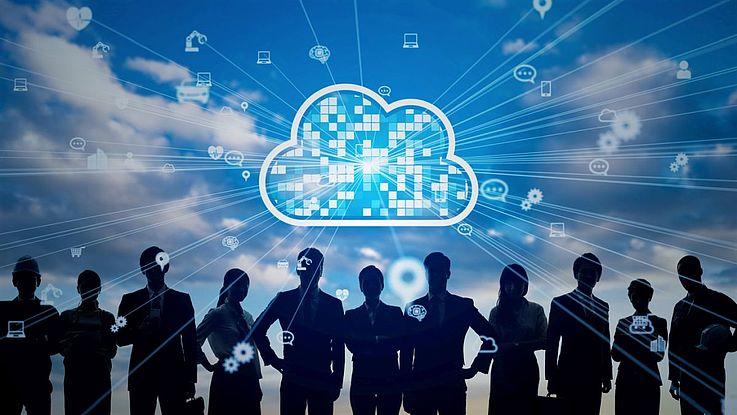 """Schattenhafte Menschen stehen vor einer strahlenden Wolke, die die digitale """"Cloud"""" symbolisiert."""