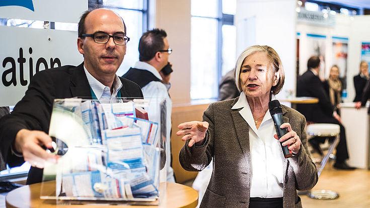 Vorsitzende Ursula Männle und Hubertus Klingsbögl ziehen den Tombolagewinner