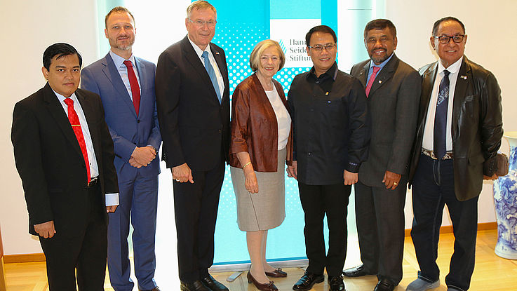 Die indonesischen Justizexperten mit Prof. Ursula Männle und Bundestagsvizepräsident Johannes Singhammer