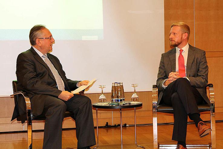 Links, Prof. Binder, rechts Bobbe im Gespräch