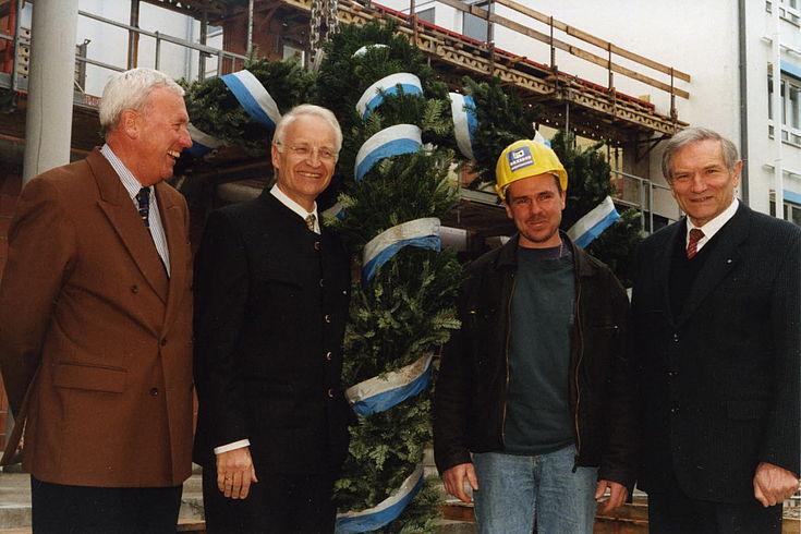 Richtfest für das Konferenzzentrum am 12. April 2000, Hauptgeschäftsführer Manfred Baumgärtel, Edmund Stoiber, Polier Jürgen Scholz und Vorsitzender Alfred Bayer