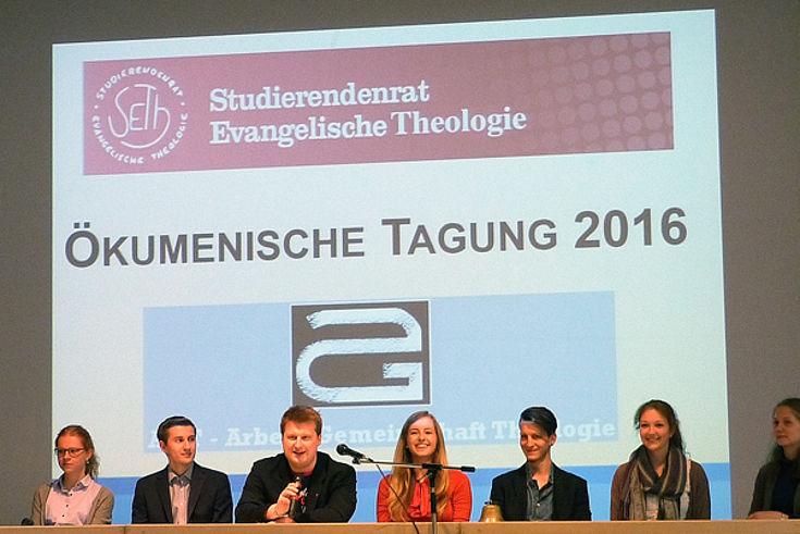 Organisator Lucas Dinter bei der Konferenzeröffnung