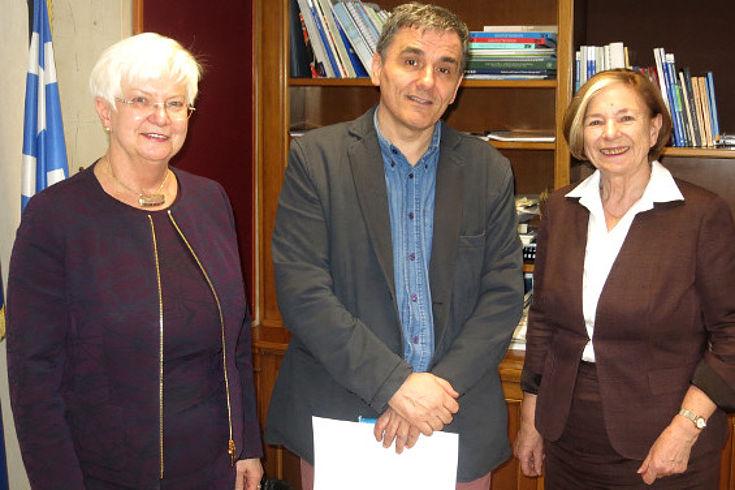 Gerda Hasselfeldt, Yiannis Mouzalas und Ursula Männle in Frontalansicht