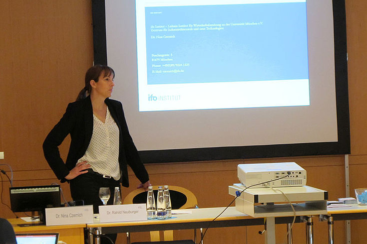 Welche Jobs sind durch Digitalisierung in Deutschland gefährdet und welche neuen Berufsfelder entstehen? Dr. Nina Czernich vom ifo Institut München erläuterte die aktuelle Entwicklungen.