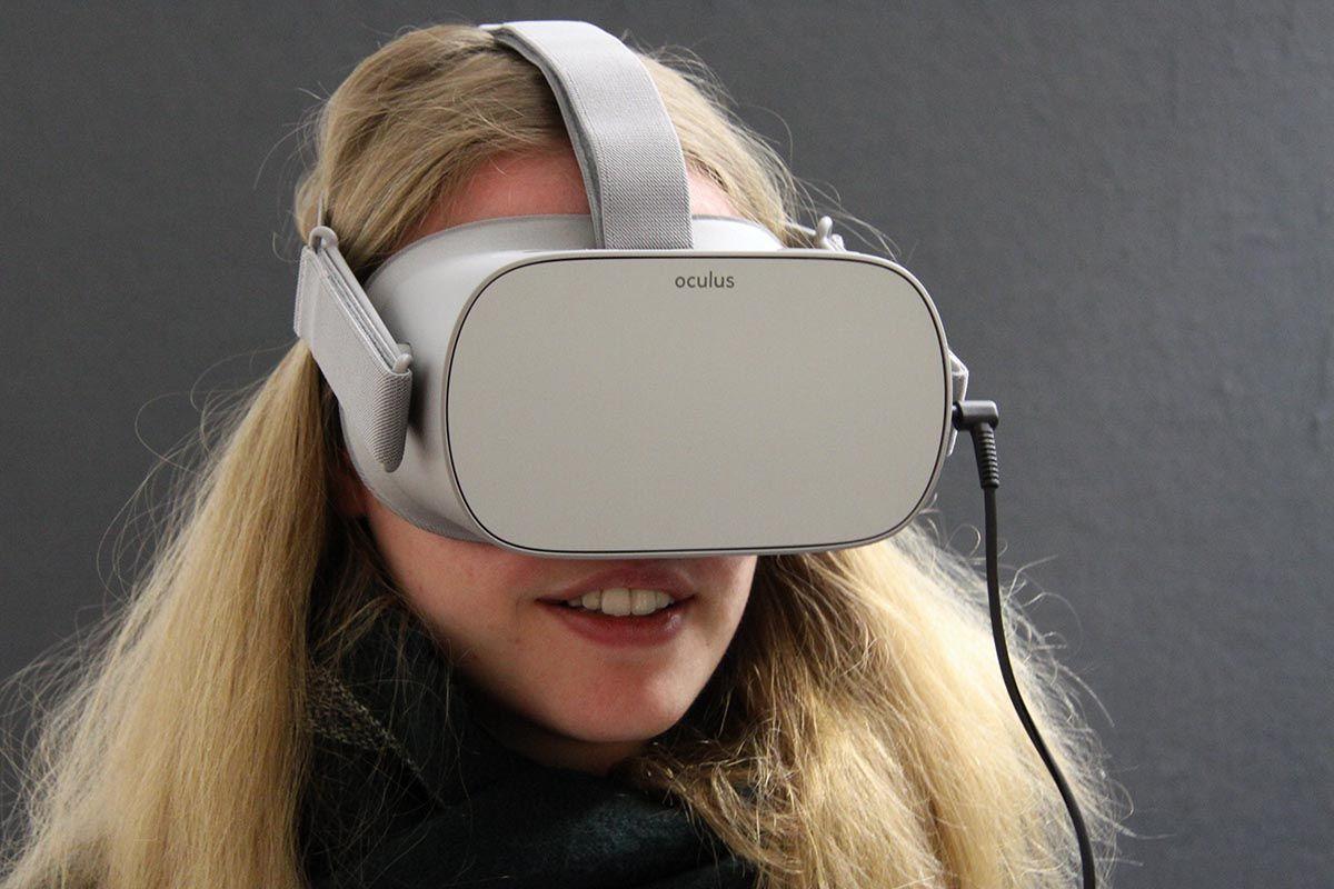Junges Mädchen mit VR-Brille vor dem Gesicht. Sieht gespannt aus.