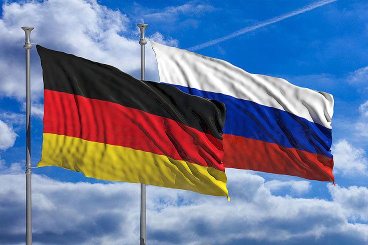 Deutschland und Russlandflaggen wehen im Winde