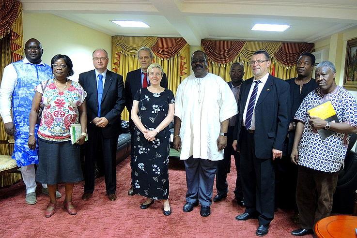 Foto während des Besuches bei der Wahlkommission mit Frau Dr. Luther in der Mitte