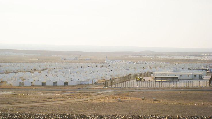 Das Flüchtlingslager Azraq mit weißen Zelten mitten in der Wüste