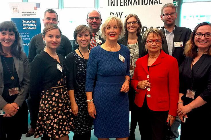 Mitglieder von ENoP mit Doris Pack und Gudrun Kopp haben sich für ein Gruppenfoto aufgestellt