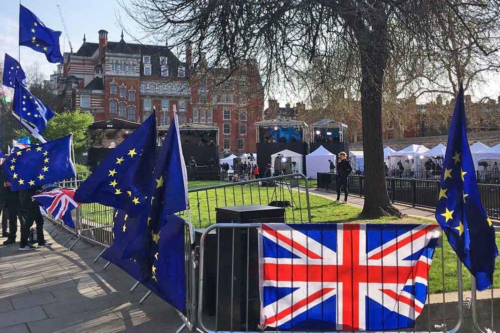 EU-Flaggen, Transparente, im Hintergrund große Zelte