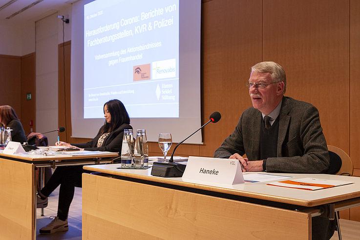 """""""Die Fachberatungsstellen sind die Säulen des Aktionsbündnisses gegen Frauenhandel"""", so Burkhard Haneke, Geschäftsführer von Renovabis."""
