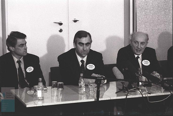 """""""Leipziger Unionsgespräche"""" am 16./17.02.1990 Hansjoachim Walther, Theo Waigel und Hans-Wilhelm Ebeling"""