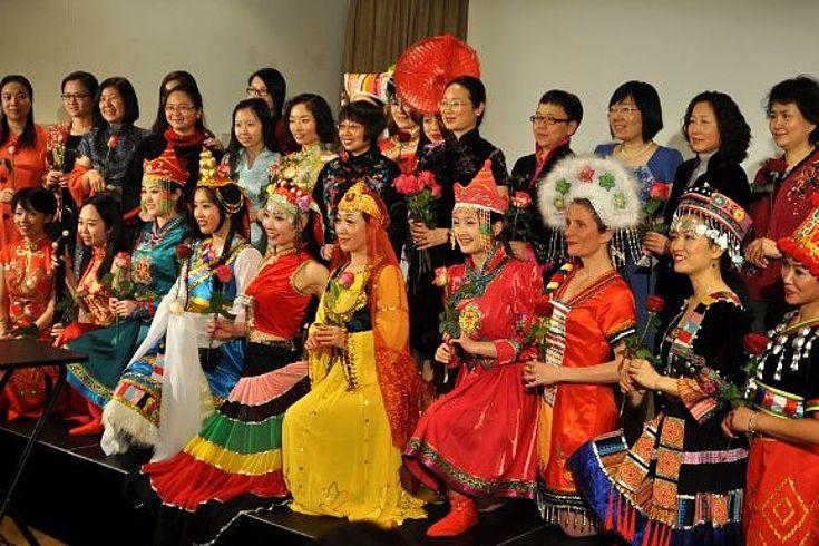 Eine Gruppe von Tänzerinnen in farbenprächtigen Trachten am Ende ihrer Vorstellung