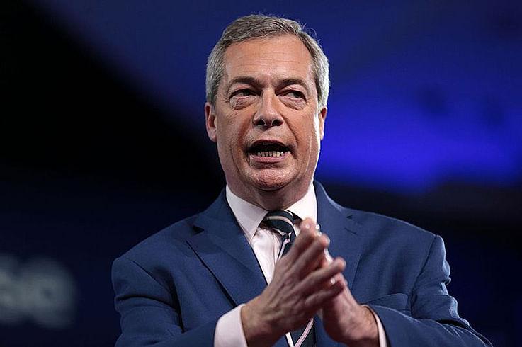 Farage spricht. Klatscht gerade in die Hände.