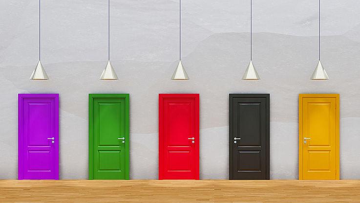 Fünf Türen in verschiedenen Farben