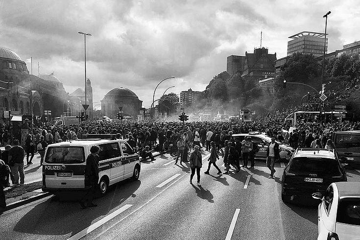 ausgewühlte Szenen auf einer Demonstration in Hamburg. Polizei, Gewusel, Rauch hängt in der Luft.