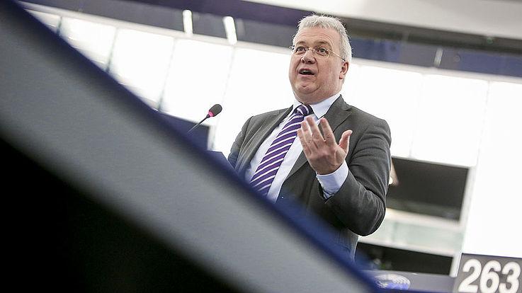 Ferber spricht bewegt gestikulierend im Plenarsaal des EU-Parlaments. Von unten aufgenommen.
