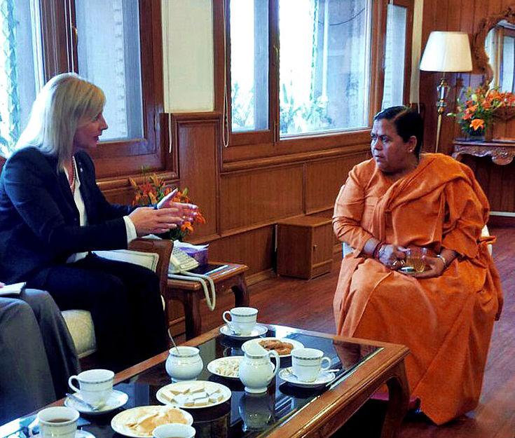 Wasserministerin Uma Bharti im Gespräch mit Staatsministerin Ulrike Scharf.