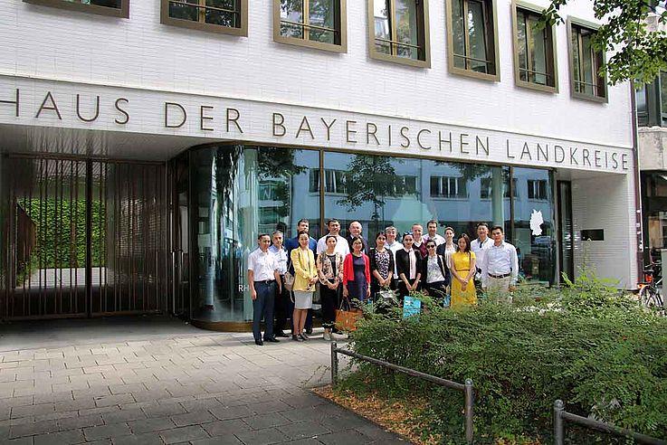 Gruppenbild vor der recht grauen Fassade des Bayerischen Landkreistags