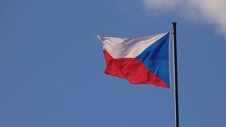Flagge Tschechiens im Winde wehend.