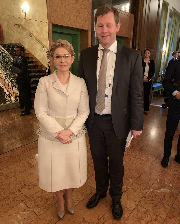 Eine zierliche Frau steht neben Herrn Erndl im Foyer des Bayerischen Hofes