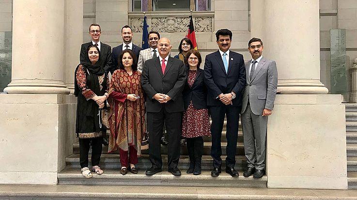 Eine Grippe von Frauen und Männern, Senatorinnen und Senatoren aus Pakistan stehen im Treppenaufgang zum Bundesrat in Berlin