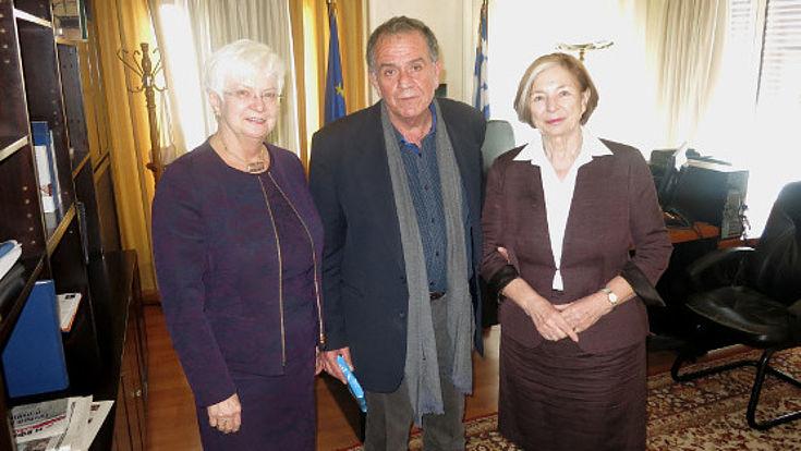 Gruppenfoto von Gerda Hasselfeldt, Yiannis Mouzalas und Ursula Männle