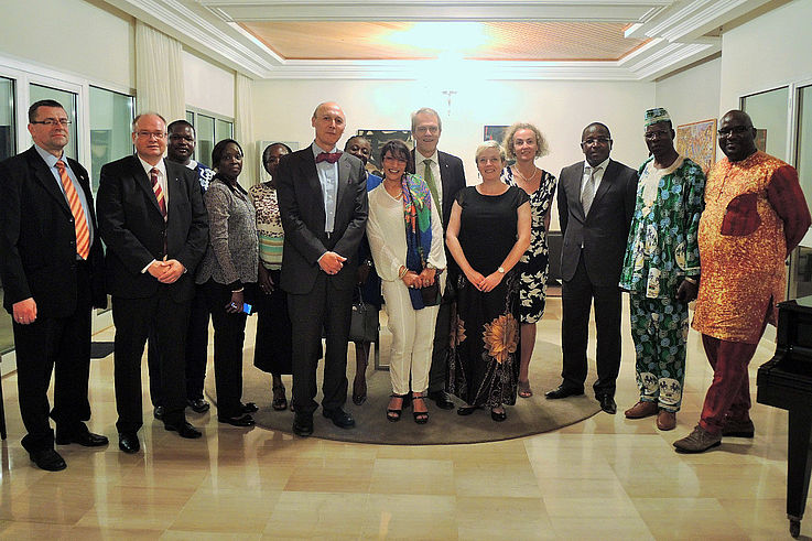 Gruppenfoto mit Frau Dr. Luther während des Abschiedsempfangs beim deutschen Botschafter