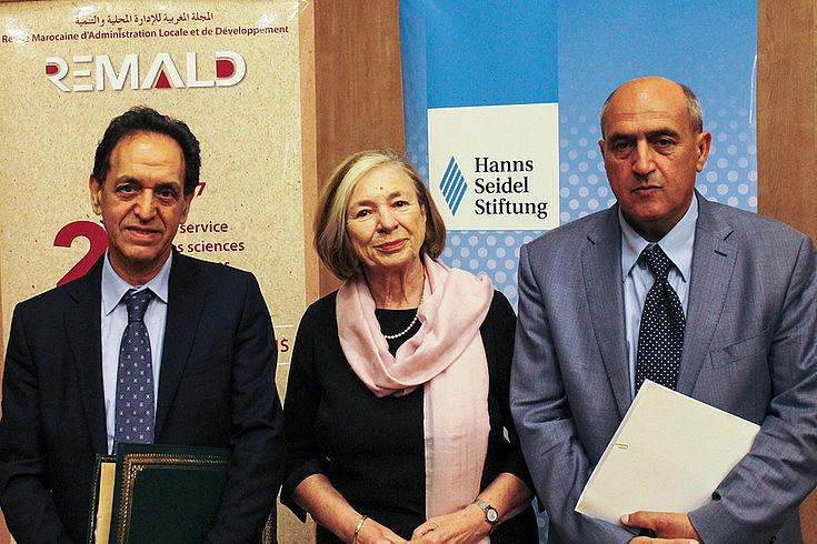 Die beiden Direktoren Ahmed Bouachik und Mohammed Benyahya mit Ursula Männle bei dem Jubliäum der Fachzeitschrift für lokale Verwaltung und Entwicklung (REMALD)
