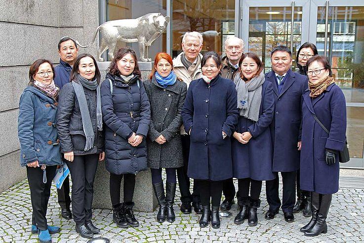 Sechs Richter des Verwaltungsgerichts der Mongolei erster Instanz unter Leitung ihres Präsidenten Batsuren Tserennadmid aus der Hauptstadt der Mongolei, Ulaanbaatar, waren vom 18.-25.11.2018 zu Gast in Deutschland.