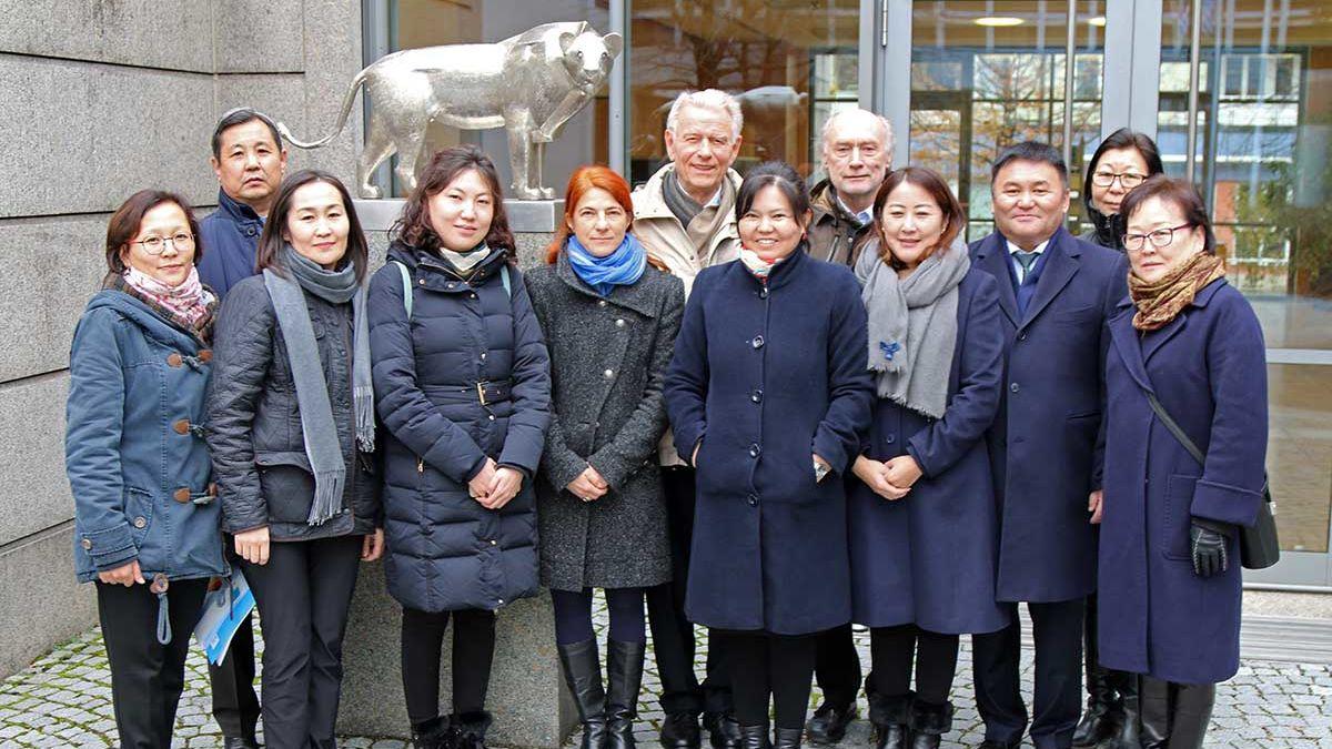 Mogolische Delegation bei einem Besuch in der Hanns-Seidel-Stiftung in München.