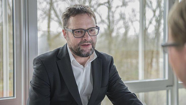 Der Politikwissenschaftler Jürgen Lang ist im Bayerischen Rundfunk Teil des Leitungsteams der Online-Nachrichten von BR24. Privat ist er als Politikberater tätig und publiziert zu gesellschaftspolitischen Themen, auch über Rechtsextremismus und Rechtspopulismus.