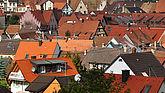 Blick auf rote Dächer einer Gemeinde