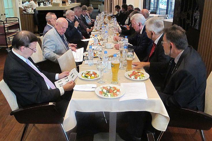 Gute Stimmung beim Abendessen in Moskau