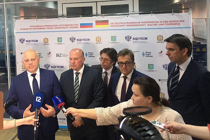Nasarow (1.v.l.) bei der Pressekonferenz neben dem Bundesaussiedlerbeauftragten, MdB Hartmut Koschyk (2.v.l.)