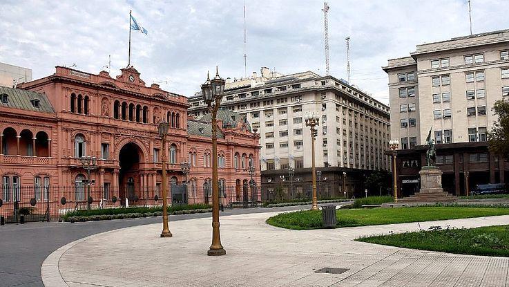 Vor allem in der Hauptstadt Buenos Aires ist die Zahl der Erkrankten besonders hoch. Auch vor der Casa Rosada ist niemand zu sehen.
